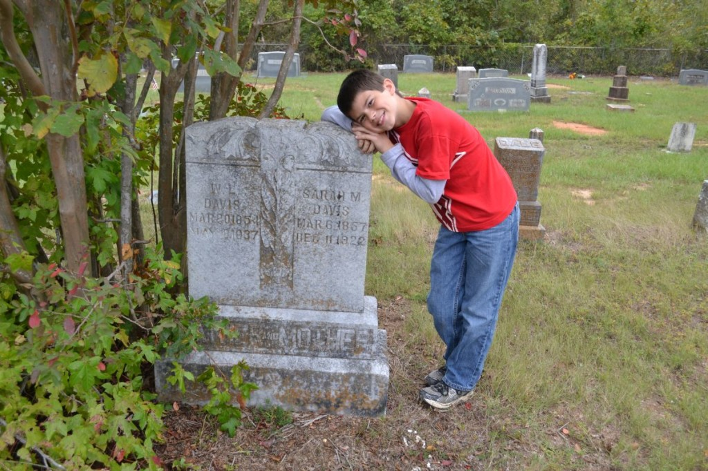 Knucklehead with William Lynn and Sarah Davis' Headstone
