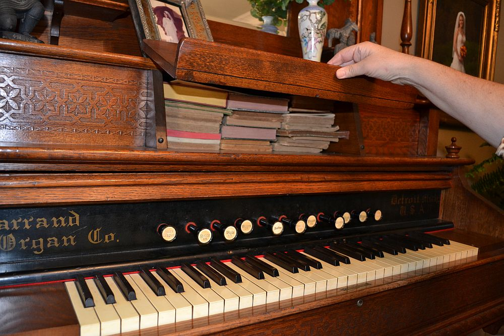 Organ that belonged to Sallie Davis